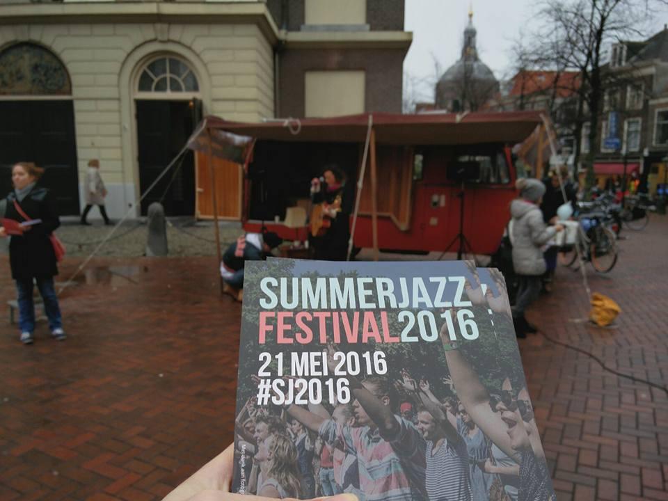 Summerjazz flyers op straat